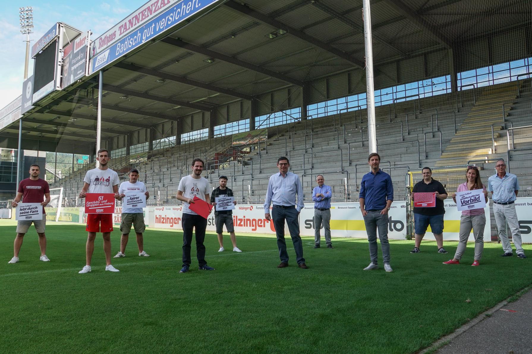 Unterschriftenübergabe Initiative Unser Fußball an den Sport-Club